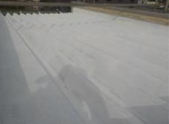 屋根の下塗りが完了しました。白色で遮熱効果が高そうです。