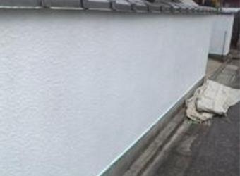 塀の下塗りが完了しました。