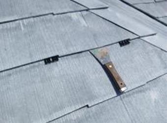 屋根縁切り材を挿入しています。セイムのタスペーサー02を使用しています。