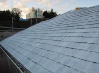 屋根の下塗りと縁切り材の施工が完了しました。