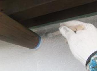 外壁の上塗り前の細かい部分の処理の様子です。ハケで塗っていきます。