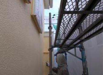外壁の中塗りの様子です。エスケー化研のクリーンマイルドシリコンを使用しています。この後同じように上塗りをしていきます。