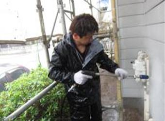 施工を行っていきます。高圧洗浄で長い期間の汚れをしっかり落とします。