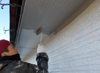 軒天もクリーンマイルドシリコンで仕上げます。外壁よりも少し薄いグレーを使用します。