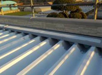屋根の中塗りを行います。ローラーが入らないような狭いところは、あらかじめハケで塗装しておきます。