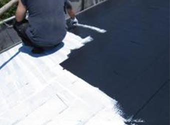 屋根の中塗りの様子です。ミズタニの快適サーモBioを使用しています。遮熱塗料の効き目が実感できます。