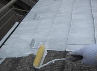 屋根の下塗りの様子です。ミズタニの快適サーモマイルドシーラーを使用しています。