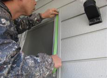 マスキングテープを貼り付け、塗料の飛び散りなどを防止します。