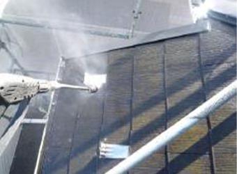 屋根の高圧洗浄の様子です。長年の汚れを落としていきます。