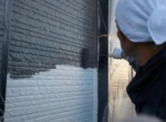 外壁の中塗りの様子です。エスケー化研・クリーンマイルドシリコンを使用しています。