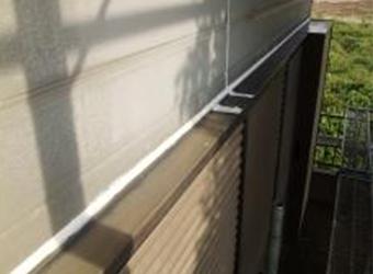 窓の上のボロボロに劣化していたコーキングも新たに充填しなおしました。この個所は全体ではなく一部が雨漏りに関係していました。