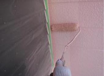 外壁の上塗りをしています。中塗りと同じエスケー化研のクリーンマイルドシリコンです。