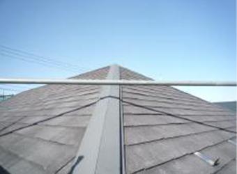 屋根の洗浄が完了しました。既存の塗膜はすっかり剥がれ落ちることが多いです。