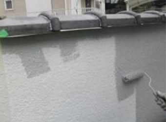 塀の中塗りの様子です。同じように上塗りも行います。