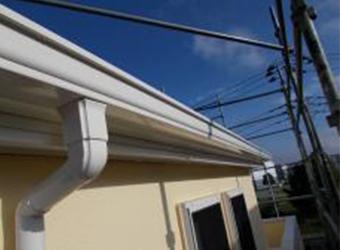 雨樋も同じくニッペのパーフェクトプライマーを下塗りし、中・上塗りにはエスケー化研のクリーンマイルドシリコンを使用します。