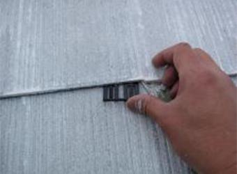 屋根材の縁切りを挿入しています。セイムのタスペーサー02を使用しています。この設置を怠ると雨漏りを生じる危険があります。