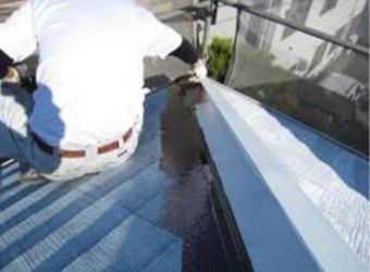 屋根の中塗りです。ミズタニ・快適サーモBioを使用しています。