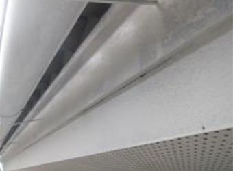 雨樋・鼻隠しの下塗りが完了しました。このように一旦白くなりますので、どんな色もきれいに塗り付けることができます。
