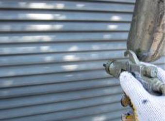 雨戸の吹き付け施工の様子です。ニッペのパーフェクトプライマーを使用しています。