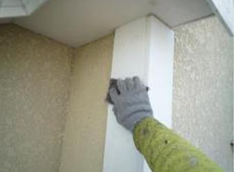 建物出隅部分のケレン(ヤスリ掛け)作業の様子です。汚れや古くてもろくなった塗膜を剥がしていきます。