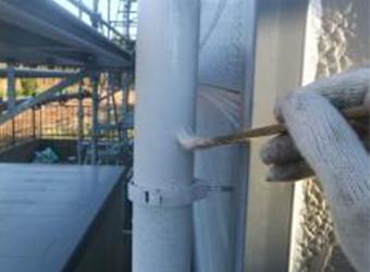 縦樋の下塗りの様子です。塩ビ部分もニッペのパーフェクトプライマーを使用しています。