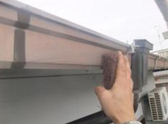 雨樋のケレン(ヤスリ掛け)の様子です。下塗り材の密着度が高まります。