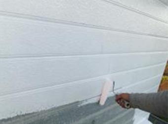 外壁の下塗りの様子です。エスケー化研の水性ミラクシーラーエコを使用しています。