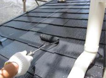 屋根の中塗りです。遮熱塗料のミズタニの快適サーモBioを使用しています。