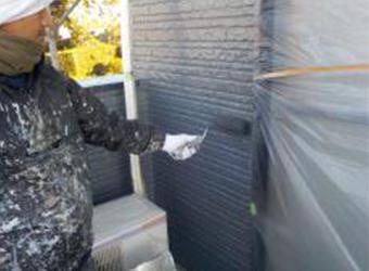 外壁の上塗りをの様子です。中塗りと同じ、エスケー化研・クリーンマイルドシリコンを使用しています。上塗りをすると、さらに艶に深みが出ます。