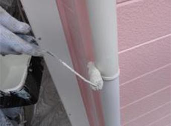 雨樋の下塗りもニッペ・パーフェクトプライマーを使用します。