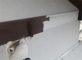 木部への中塗りの様子です。エスケー化研のクリーンマイルドシリコンを使用しています。