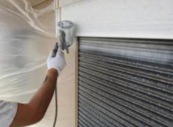 シャッター雨戸の下塗りです。ニッペのパーフェクトプライマーを使用しています。