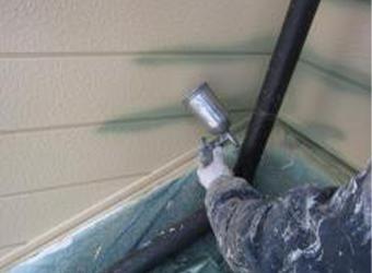 上塗りも目地部分を吹き付けします。中塗りとは色が違うことが確認できます。エスケー化研のクリーンマイルドシリコンを使用しています。