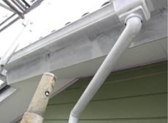 鼻隠しや雨樋の下塗りが完了しました。ニッペのパーフェクトプライマーを使用しました。