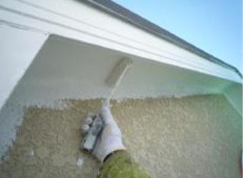 軒天の下塗りの様子です。ニッペのケンエースを使用しています。こちらは下塗りと上塗りの2回塗りで仕上がりです。