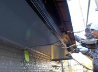 鼻隠しの上塗りの様子です。ブラックを使用するとシャープなイメージになり、建物が引き締まります。
