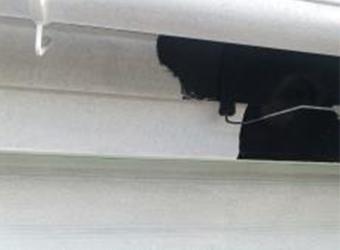 鼻隠し・雨樋の中塗りの様子です。エスケー化研のクリーンマイルドシリコンを使用し、同じように上塗りもします。