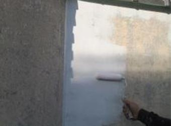 塀の塗膜がボロボロになっていた部分へのパターン付けの様子です。古い塗膜を剥がしたあと、エスケー化研のレナフレンドでパターン付けを行います。