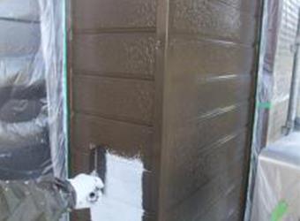 外壁の中塗りの様子です。エスケー化研のクリーンマイルドシリコンを使用し、同じように上塗りも行います。