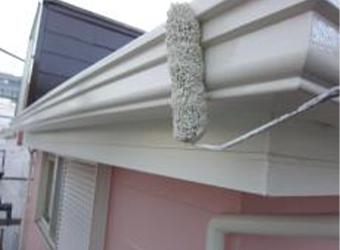 雨樋の中・上塗りもエスケー化研のクリーンマイルドシリコンを使用しています。
