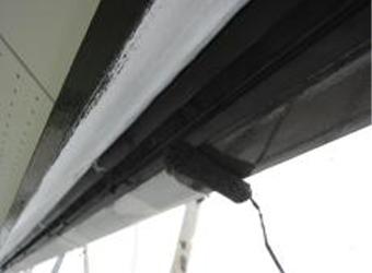 雨樋の中塗りの様子です。エスケー化研のクリーンマイルドシリコンを使用しています。この後、上塗りをして仕上がりです。
