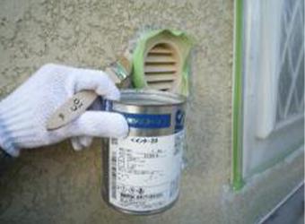 シリコンコーキングが施されている部分は塗装がのりませんので、シリコンプライマーを塗って塗料がのるようにします。信越シリコーンのペインター20を使用しています。