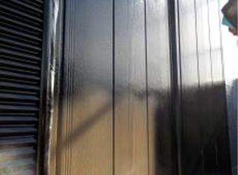 続いて中塗りを行います。エスケー化研・クリーンマイルドシリコンのブラックを吹き付けています。