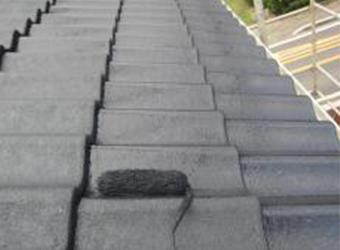 屋根の上塗りの様子です。ミズタニの快適サーモBioを使用します。