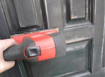 玄関の木製ドアを塗装していきます。オービルサンダーでケレン(ヤスリ掛け)し、下塗り・中塗り・上塗りの順で仕上げていきます。