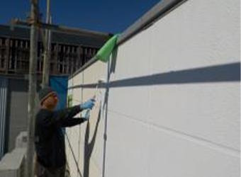 下塗りを行っていきます。エスケー化研の水性ミラクシーラーエコを使用しています。