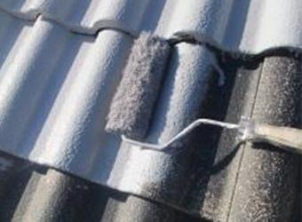 屋根はセメント瓦でしたのでミズタニのセメント瓦用の下塗り、RMプライマーを使用しています。初回の塗装だったため、多量吸い込んでくれました。