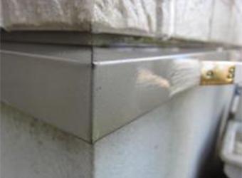 土台水切りはスチール用のクリアで仕上げます。