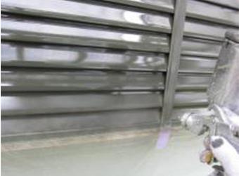 雨戸の吹き付け塗装の様子です。下塗りはニッペのパーフェクトプライマー、中・上塗りはエスケー化研のクリーンマイルドシリコンをそれぞれ使用しています。