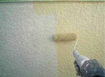 外壁の上塗りの様子です。エスケー化研のクリーンマイルドシリコンを使用しています。
